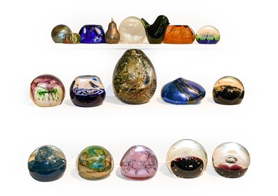 Lot 28 - A quantity of glass paperweights, mainly...