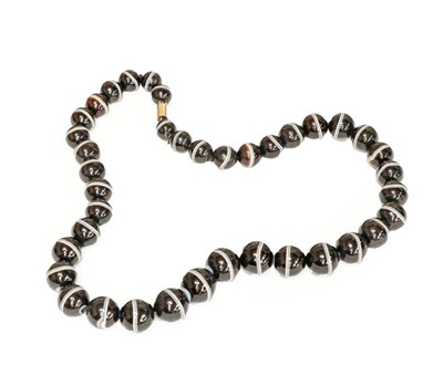 Lot 91 - A graduated banded agate bead necklace, length...