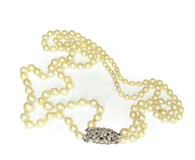 Lot 98 - A graduated two row cultured pearl necklace...