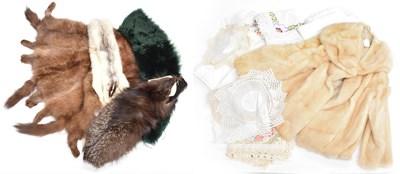 Lot 1071 - Assorted hats, hat boxes, fur stoles, remnants,...