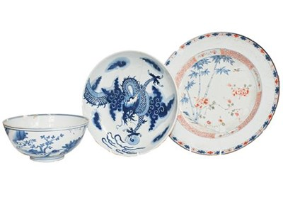 Lot 87 - A Chinese Kangxi blue and white bowl painted...