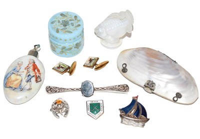 Lot 69 - A pair of hunting cufflinks, a scent bottle,...
