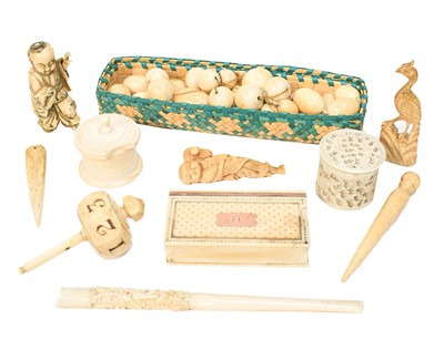 Lot 77 - An early 19th-century ivory snuffbox with gold...