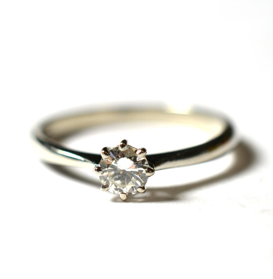Lot 238 - A platinum solitaire diamond ring, a round brilliant cut diamond in a claw setting, to knife...