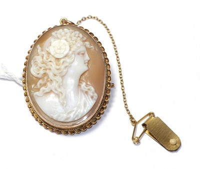Lot 72 - A cameo brooch, depicting a lady in profile within a yellow ropetwist border, measures 3.4cm by...