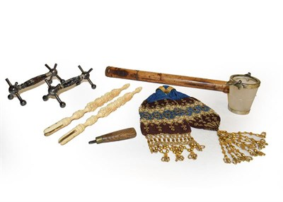 Lot 28 - A tray of assorted 19th century and later items, to include a papier mache crumb scoop and...